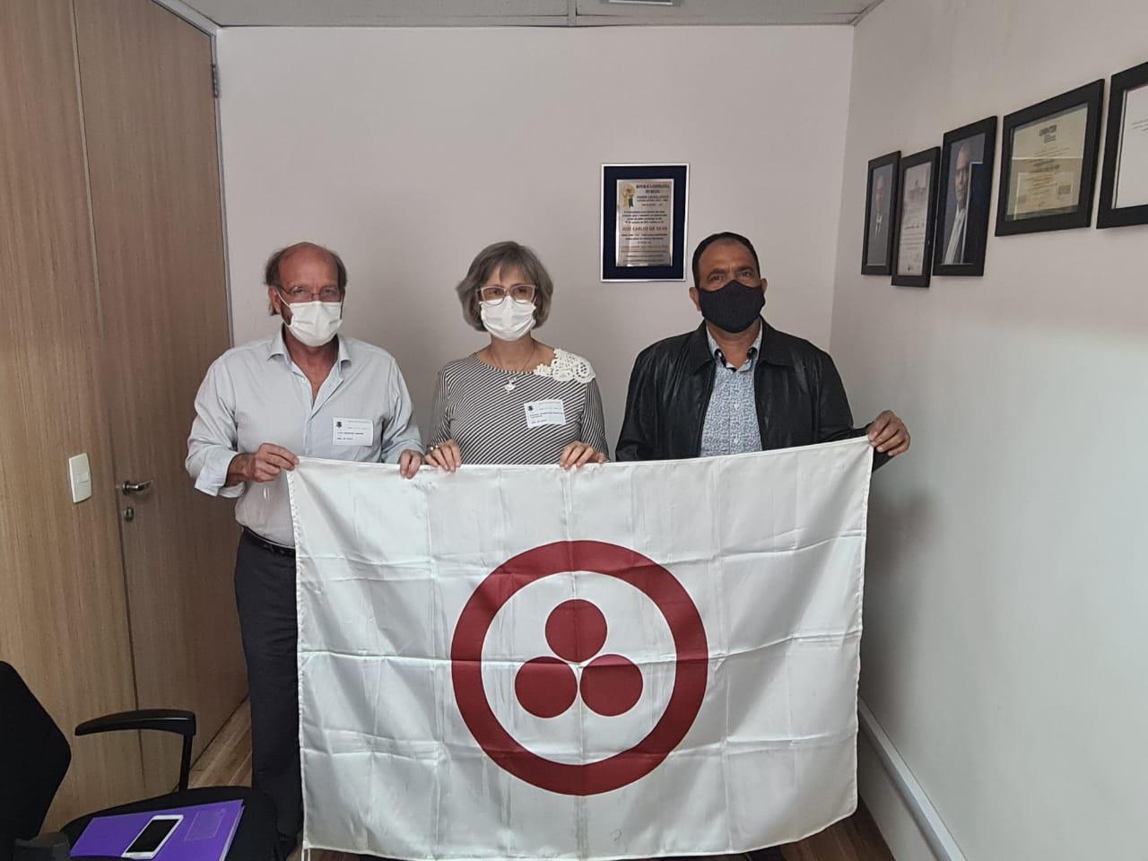 Prof. Lino, Sra. Karina (Porta voz do PROJETO BANDEIRA DA PAZ em Paulínia) e o Sr. José Carlos Coco, vereador de Paulínia.